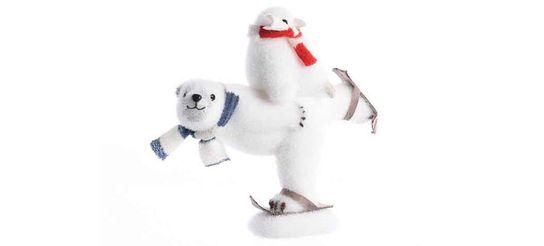 Ours polaire mousse sur ski pingouin sur le dos