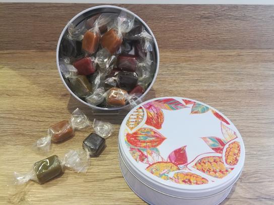 Boîte ronde acier garnie de caramels assortis